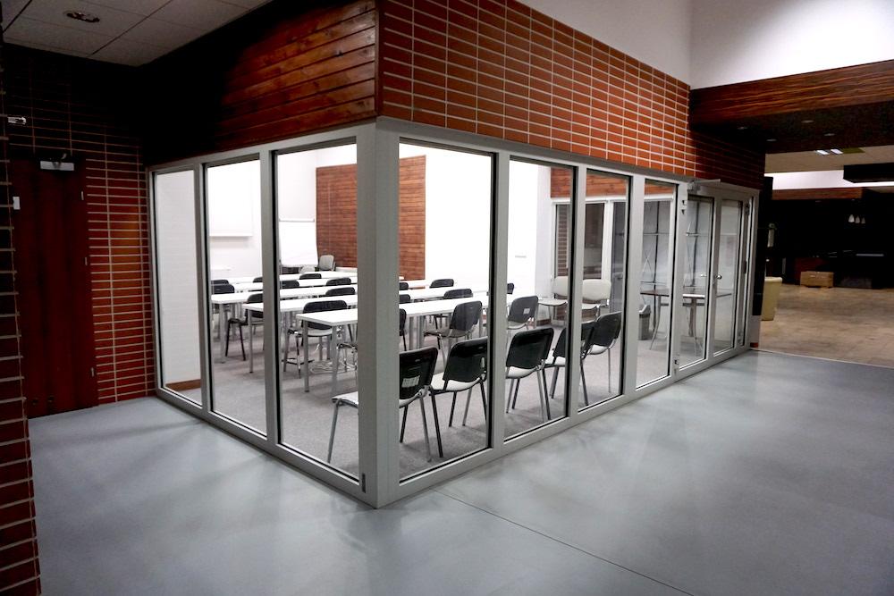 Sala konferencyjna - ustawienie klasowe zewnątrz
